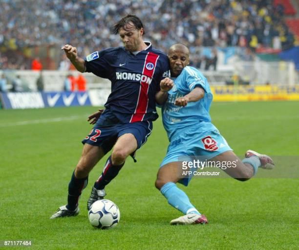 le defenseur de l'Olympique de Maarseille le Capverdien Manuel Dos Santos essaie de tacler son homologue du Paris SaintGermain l'Espagnol Parralo...