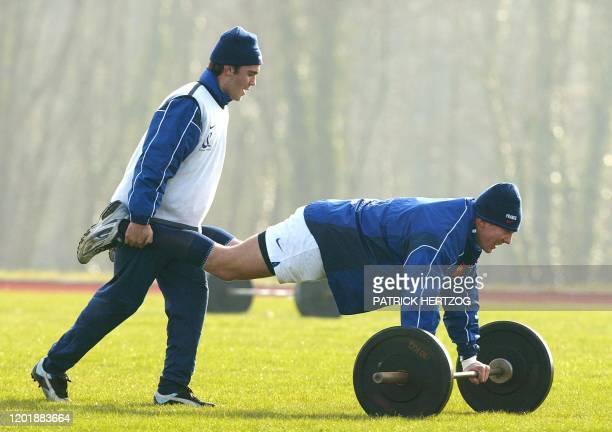 le demi de mêlée de l'équipe de France de rugby Dimitri Yachvili plaisante avec son coéquipier Imanol Harinordoquy le 19 février 2003 au Centre...
