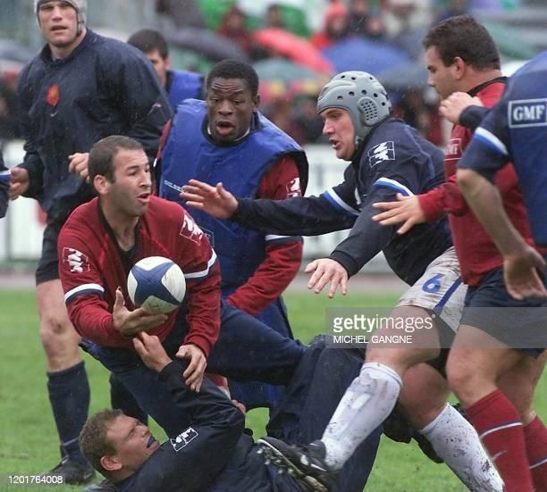 le demi de mêlée français Philippe Carbonneau est mis au sol par le pilier Peter de Villiers sous les yeux du 3ème ligne Serge Betsen du capitaine...