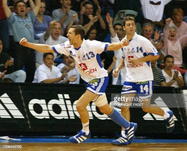Le demi-centre international français de Montpellier Andrej Golic , suivi par son coéquipier, l'ailier Mickaël Guigou, manifeste sa joie après avoir...