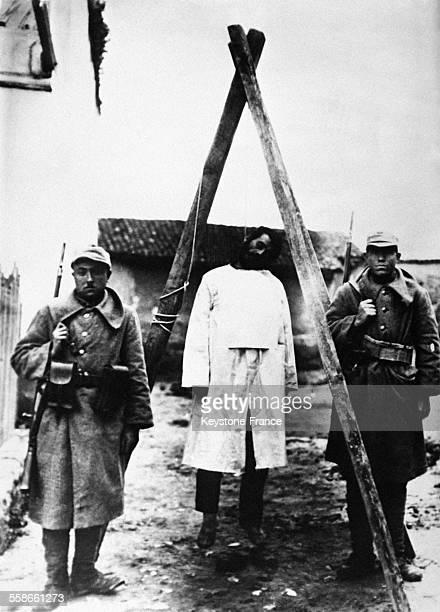 Le Derviche Mehmet Emin pendu à une potence improvisée et surveillée par des soldats turcs à Menemen Turquie le 14 février 1931