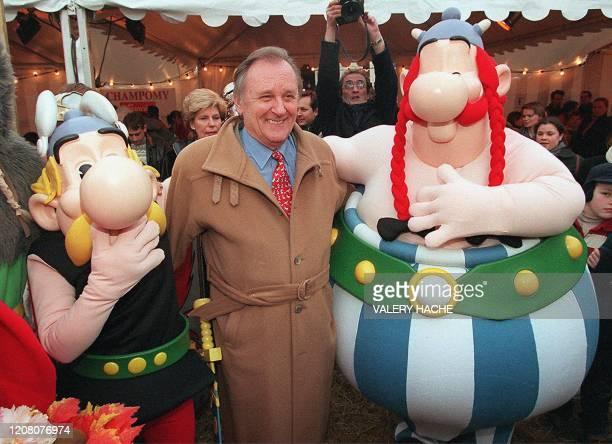 le dessinateur Albert Uderzo pose au coté des figurines de ses personnages Asterix et Obelix le 01 février 2001 dans le village gaulois de Rennes Le...