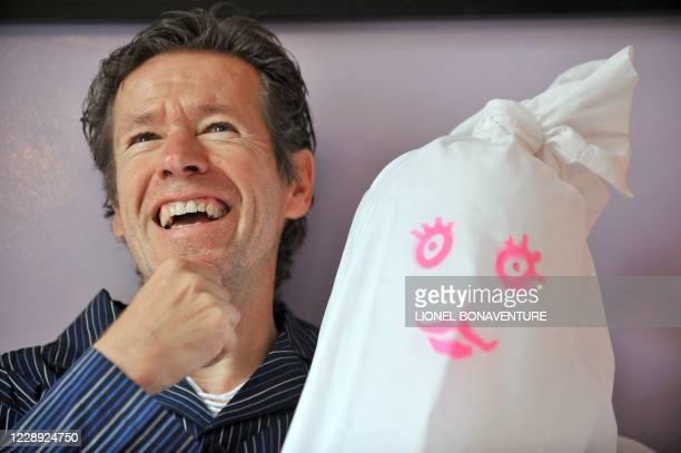 """Le dessinateur Tronchet pose le 25 août 2009, à l'hôtel Amour, à Paris, à l'occasion du 20è anniversaire de sa bande-dessinée """"Jean-Claude Tergal"""". A..."""