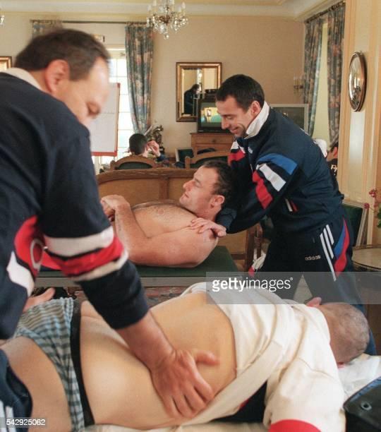 le deuxième ligne Thierry Cléda et le talonneur Marc Dal Maso se font masser par des kinésithérapeutes le 05 février à Clairefontaine après une...