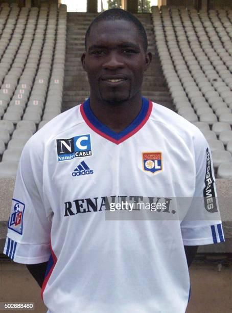 Le défenseur Camerounais MarcVivien Foe pose pour la photo officielle de l'équipe de l'Olympique Lyonnais qui disputera le championnat de France de...