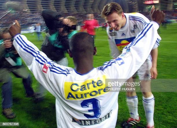 Le défenseur d'Amiens Ewolo Oscar lève les bras en signe de victoire, le 21 avril 2001 au stade de la Licorne à Amiens, à l'issue de la rencontre...