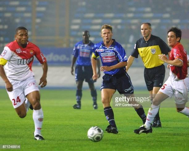 le défenseur de l'AS Monaco José Pierre Fanfan déborde le défenseur du SC Bastiais Tony Vairelles le 29 septembre 2001 au stade ArmandCesari à Bastia...