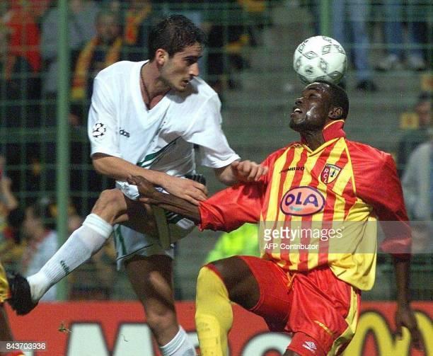 Le défenseur de Lens Alex Niarko contrôle de la tête le ballon devant la menace de l'attaquant du Panathinaikos Athènes Nikos Liberopoulos le 21...