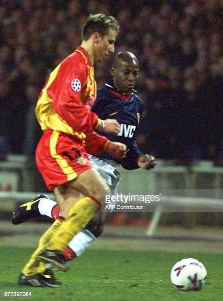 le défenseur de Lens Frédéric Dehu contre l'attaquant d'Arsenal Louis Boa Morte le 25 novembre au stade de Wembley à Londres lors du match ArsenalRC...