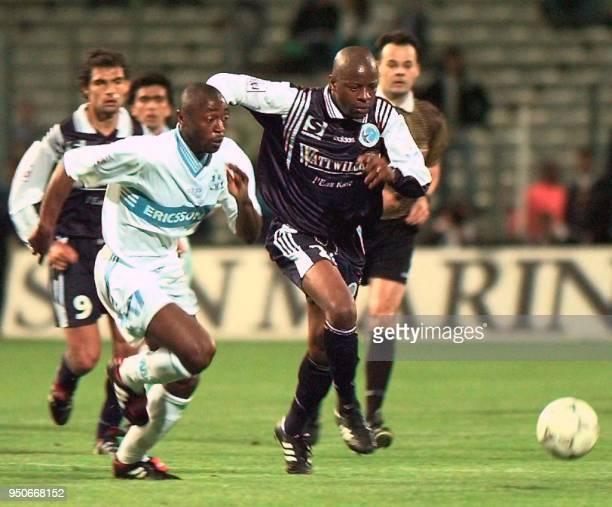 le défenseur de l'Olympique de Marseille Cyril Domoraud est aux prises avec l'attaquant du RC Strasbourg Pascal Nouma le 25 avril sur la pelouse du...