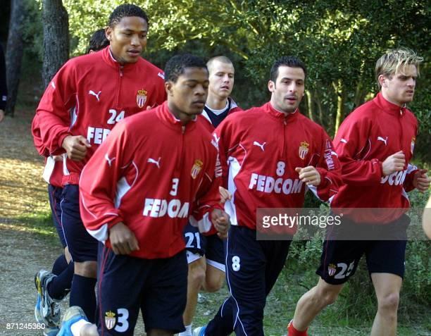le défenseur de Monaco José PierreFanfan et ses coéquipiers Patrice Evra Pontus Farnerud Ludovic Giuly et Jérôme Rothen courent le 29 décembre 2002 à...