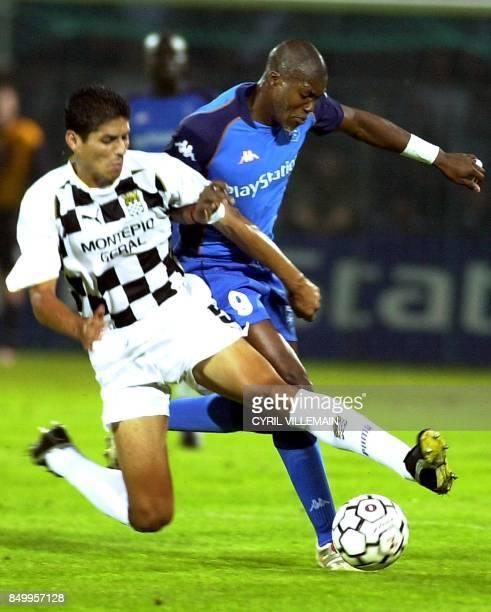 le défenseur du Boavista Porto Eder Silvera tente de tacler l'attaquant d'Auxerre Djibril Cissé lors du match retour Auxerre/Boavista Porto comptant...