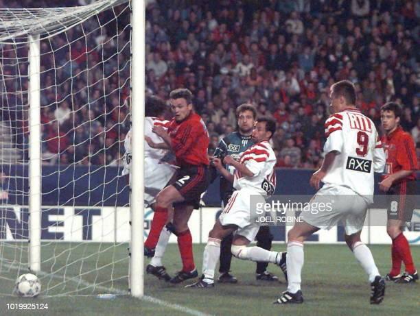 le défenseur guingampais Jérome Foulon son coéquipier le gardien de but Angelo Hughes et les attaquants niçois Mohamed Chaouch et Andrzej Kubica...
