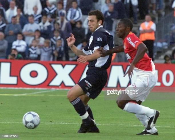 le défenseur portuguais des Girondins de Bordeaux Bruno LeiteBasto tente le 16 septembre 2001 de déborder le Monégasque Cyrille Domoraud à l'occasion...