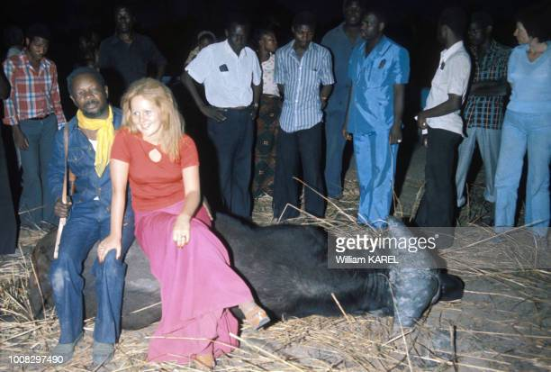 Le dictateur JeanBedel Bokassa avec sa 18e épouse Zara Victorine après une chasse circa 1970 en République centrafricaine