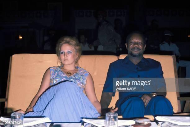 Le dictateur JeanBedel Bokassa avec sa 18e épouse Zara Victorine lors d'une soirée circa 1970 en République centrafricaine