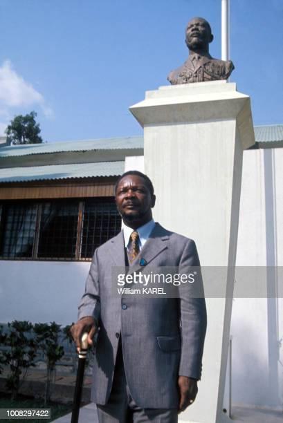 Le dictateur JeanBedel Bokassa devant une de ses résidences circa 1970 en République centrafricaine