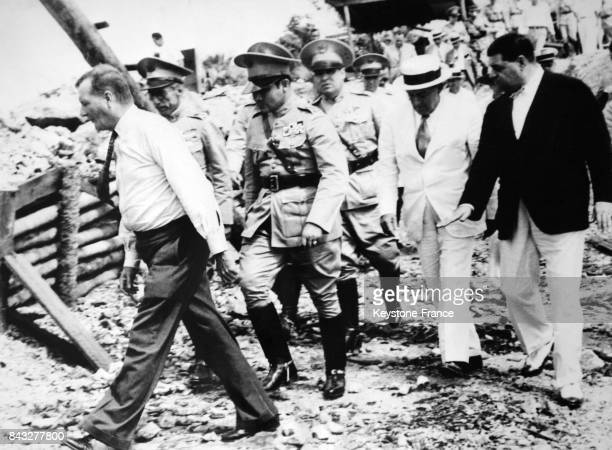 Le dictateur militaire cubain Fulgencio Batista escorté de l'homme d'affaires américain Mr Field propriétaire de la mine et du représentant de la...