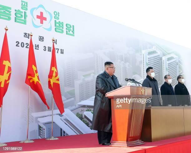Le dictateur nord-coréen Kim Jong-un, le seul à ne pas porter de masque contre le coronavirus, lors de l'inauguration des travaux pour la...