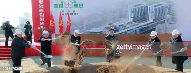 Le dictateur nord-coréen Kim Jong-un lors de l'inauguration des travaux pour la construction de l'hôpital général de Pyongyang le 17 mars 2020, Corée...