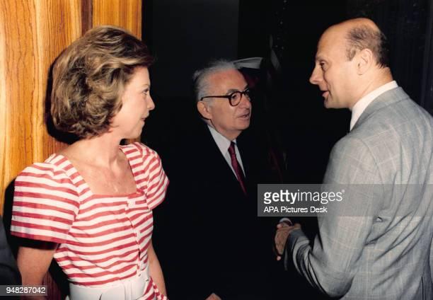 Le diplomate Félix Bloch agent du FBI soupçonné d'être un espion du KGB en compagnie d'Henry Grunwald l'ambassadeur américain en Autriche juillet...