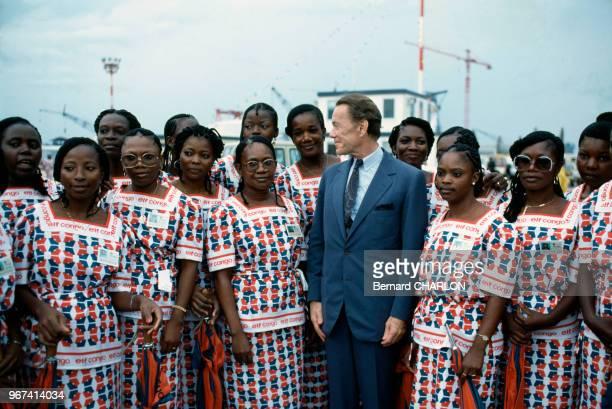 Le directeur d'Elf Aquitaine Albin Chalandon avec une délégation de jeunes femmes congolaises lors de l'inauguration du champ pétrolier Yanga Marine...
