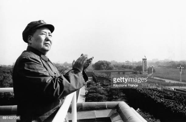 Le dirigeant de la République Populaire de Chine Mao Zedong applaudit la foule qui l'acclame lors d'un défilé des gardes rouges le 11 novembre 1966 à...