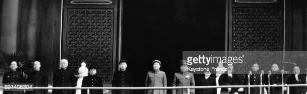 Le dirigeant de la République Populaire de Chine Mao Zedong entouré des membres du Parti communiste chinois sur le rostrum de la place Tien an Men...