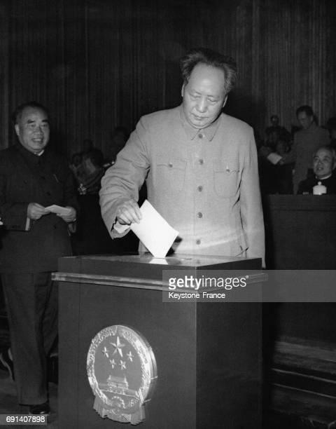 Le dirigeant de la République Populaire de Chine Mao Zedong glisse un bulletin de vote dans l'urne lors des élections du congrès du peuple le 27...