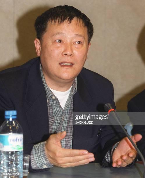 le dissident chinois Wei Jingsheng donne une conférence de presse le 21 mars 2000 à l'Assemblée nationale à Paris sur l'attitude de la communauté...
