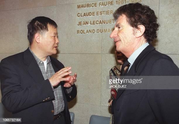 le dissident chinois Wei Jingsheng s'entretient avec le président de la commission des Affaires étrangères Jack Lang le 21 mars 2000 à l'Assemblée...
