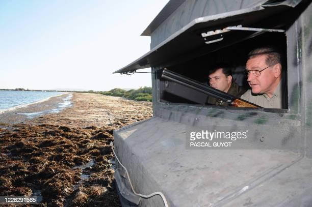 Le délégué national du mouvement Chasse, pêche, nature et tradition Ferdinand Jaoul observe le gibier sur les bords de l'étang de Thau, le 02 août...