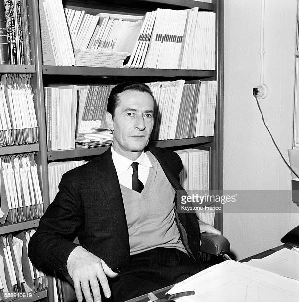 Le docteur Henri Laborit photographié à son bureau à l'hôpital Boucicaut à Paris France le 22 janvier 1966