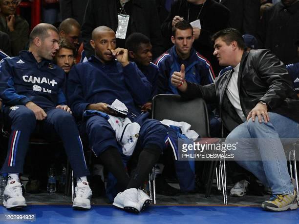 Le double champion olympique de judo David Douillet discute avec les joueurs de l'équipe de France de football Zinedine Zidane , Bixente Lizarazu et...