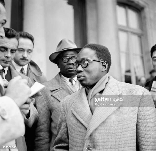 Le député Léopold Sédar Senghor répond aux questions des journalistes à sa sortie de l'Elysée, à Paris, France en 1953.