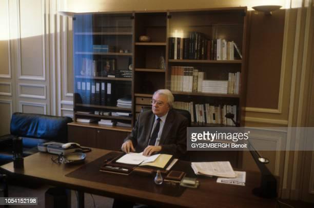 Le députémaire et Premier secrétaire du PS Pierre MAUROY posant dans son bureau de la mairie de Lille le 8 avril 1991