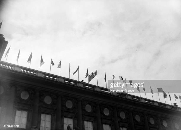 Le drapeau à la croix gammée arboré au Ministère des Affaires étrangères à Paris France le 14 juillet 1933