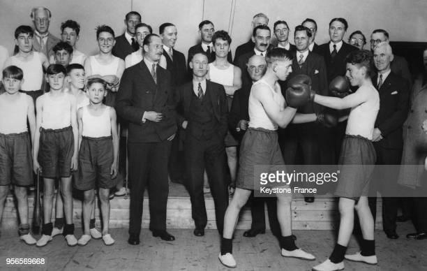 Le Duc de Gloucester assiste à une démonstration de boxe lors de sa visite au Boy's Club de Prince's Road le 12 octobre 1932 à Croydon RoyaumeUni