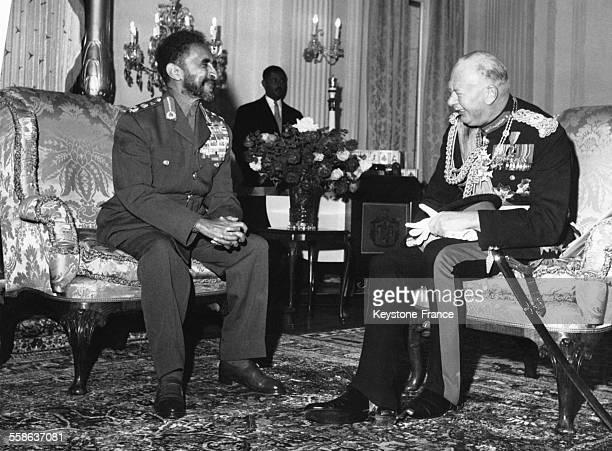 Le Duc de Gloucester en visite en Ethiopie discutant avec l Empereur Haile Selassie a Addis Abeba Ethiopie