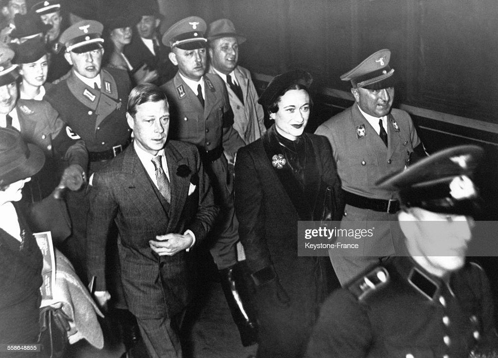 Le duc de Windsor, roi Edward VIII, et la duchesse de Windsor Wallis Simpson sont accueillis par le docteur Ley (D) chef du Front du Travail a la gare le 12 octobre 1937, a Berlin, Allemagne.