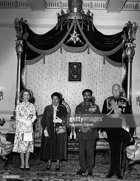 Le Duc et la Duchesse de Gloucester en visite en Ethiopie photographies dans la sale du trone du Palais en compagnie de l Empeureur Haile Selassie le...