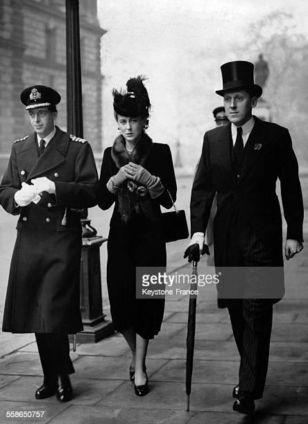 Le Duc George de Kent et sa femme la Duchesse Marina accompagnes de Geoffrey Lloyd arrivent aux ceremonies de commemoration de l'Armistice le 11...
