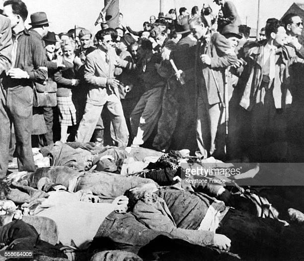 Le Duce Benito Mussolini avec sa maitresse Claretta Petacci, exposés sur une place après avoir été tués par des Partisans à Dongo, Italie, en 1945.