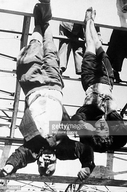 Le Duce Benito Mussolini et sa maîtresse Claretta Petacci pendus par les pieds après avoir été tués par les Partisans italiens Place Loreto à Milan...