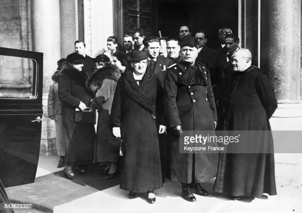 Le Duce Mussolini quitte l'église du SacréCoeur après y avoir assisté au mariage de sa nièce MarieThérèse avec Clemente Bacchrerini le 18 février...