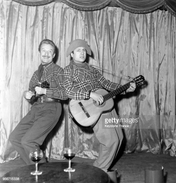 Le duo 'Les Pinsons' composé de Robert Verbeke et de Raymond Devos dans leur numéro au Crazy Horse Saloon à Paris, France, en 1951.
