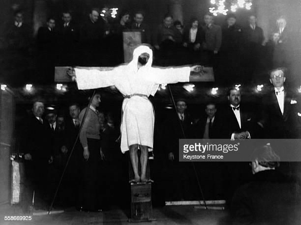 Le fakir Birman crucifié de gros clous lui percent les mains lors d'un numéro présenté à la Salle Wagram à Paris France le 19 mars 1932
