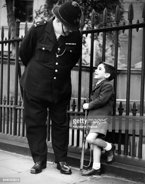 Le fils de l'ambassadeur d'Argentine à Londres dit au revoir au policier avec qui il s'était lié d'amitié avant son départ à Londres RoyaumeUni le 11...