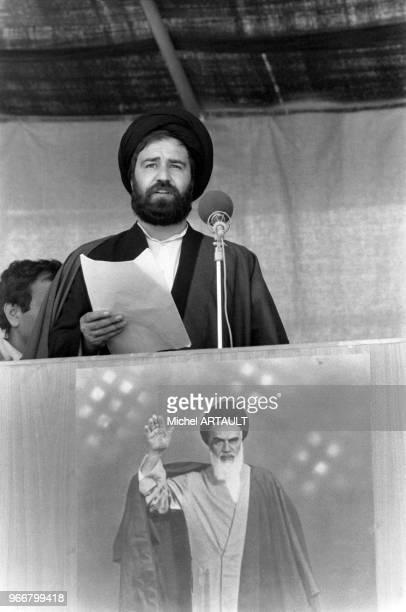 Le fils de l'ayatollah Khomeini Ahmad Khomeini lit un discours de son père à la tribune le 24 mars 1980 à Téhéran Iran