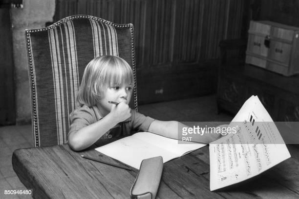Le fils de Salvatore Adamo Anthony travaillant sur une partition musicale le 18 septembre 1974